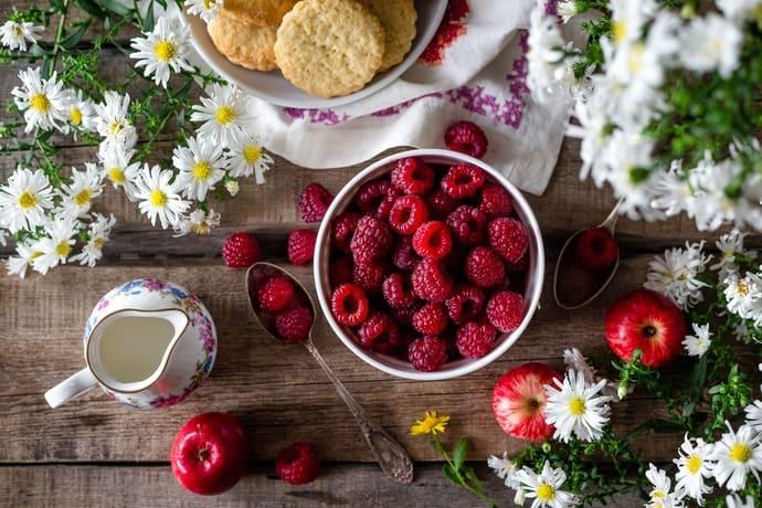 Repas sain à base de framboises et de pommes